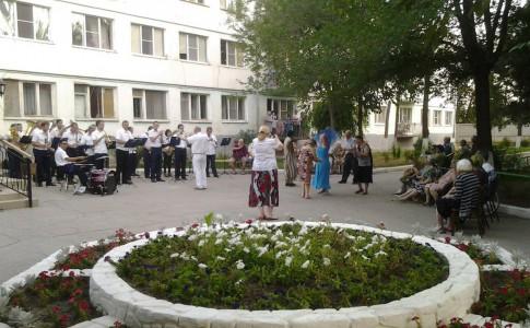 Концерт духового оркестра прошел в доме престарелых