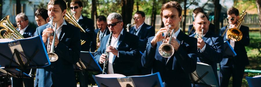 Субботник под звуки музыки в «Астраханском доме-интернате для престарелых и инвалидов».