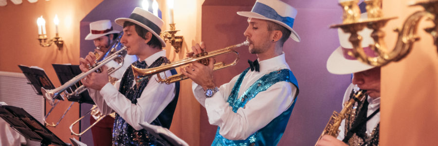 Популярные хиты в исполнении духового бэнда на площадке Астраханского кремля